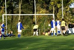 """Nanne Sjouke doet een duik naar de bal en maakt met zijn """"koppie"""" de wedstrijd tot een ware thriller, 3-3"""