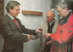 Burgemeester Van der Werff krijgt het eerste Bildtse kievitsei van 2008 aangereikt door Cor Veenstra (midden) en Durk Fopma