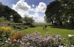 Weidse vergezichten vanuit de tuin van Klaas en Truida Dankert, Foto LC/Wietze Landman