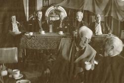 Achter de tafel in café het Graauwe Paard overziet het bestuur de feestzaal. Van links naar rechts Jan de Vries, Marten Miedema, Reinder van der Meij, voorzitter Gerrit Dijkstra en Jasper Tjepkema . Op de voorgrond oud-bestuurslid Eeltje Tjepkema (95), vader van Jasper Tjepkema.