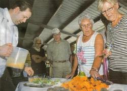Chef-kok Jacob Bote Jensma van restaurant De Zwarte Haan mocht de bezoekers bij fam. Van der Werf zaterdagmiddag verwennen op allerlei aardappelhapjes. Jensma had onder andere een truffelsoep gemaakt van de truffelaardappel. Ook presenteerde hij een cocktailprikker met zoete aardappel eraan. Van de Amerikaanse truffelaardappel worden eveneens chips gemaakt, die ook konden worden geproefd,(foto: Johan Visbeek)