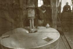 Rolf Dijkema stelt de molenstenen in de Vrouwbuurtstermolen af.
