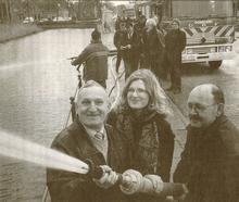 De Roemeense burgemeester van Praid (links) probeert zijn nieuwe brandspuit in Sint Anne.