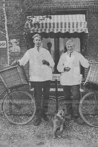 De hondenkar werd halverwege de jaren twintig ingeruild voor een fiets. Foto slagerij Bijlsma (gescand)