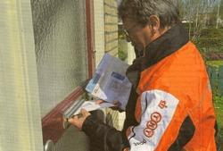 Burgemeester Aucke van der Werff van Het Bildt bezorgt zelf de eerste post voor Nij Altoenae, het jongste dorp in Nederland