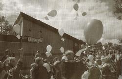 Zo verdeeld als de inwoners van Nij Altoenae waren over de dorpsstatus, zo eendrachtig werkten zij aan het nieuwe dorpshuis De Utwyk, dat in juli 2000 feestelijk werd geopend. (Foto LC/Paul Janssen, gescand)