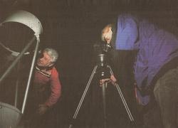 Amateurastronomen Dick de Vroet (links) en Alan Laws turen in de donkere Bildtse nacht. Foto LC/Catrinus van der Veen