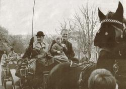 Rutmer van der Meer (links) en Chris Wassenaar, met dochter Anke, arriveren bij De Harmonie foto: Hoge Noorden/Jaap Schaaf